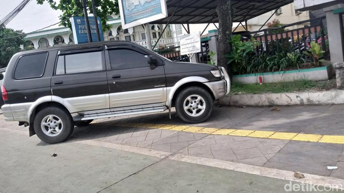 Trotoar Jalan Rawa Buntu Tangsel jadi tempat parkir liar