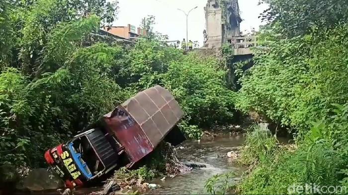 truk terjun ke sungai di pasuruan