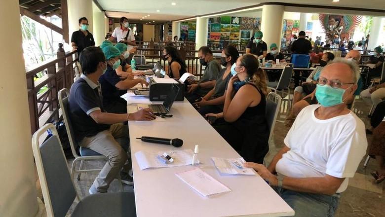 Vaksinasi Covid-19 kepada WNA di Sanur, Senin (5/4/2021).