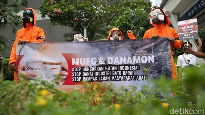 Aktivis Walhi melakukan aksi di depan kantor Mitsubishi UFJ Financial Group (MUFG) di Jakarta, Senin (5/4). Mereka menyoroti kerusakan hutan akibat produksi minyak sawit.