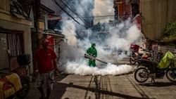 Lonjakan kasus kembali terjadi di Filipina. Beragam upaya pun dilakukan untuk mencegah penyebaran virus Corona, salah satunya fogging di daerah-daerah pemukiman