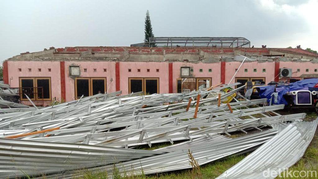 Puting Beliung Terjang Taman Reptil Sanggaluri Park Purbalingga