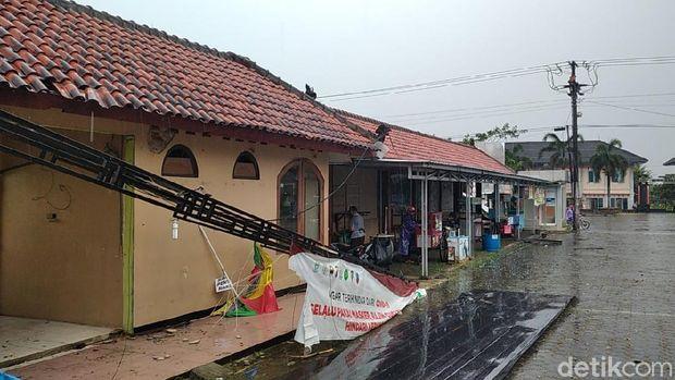 Angin puting beliung menerjang kawasan taman reptil Sanggaluri Park, Kabupaten Purbalingga, Selasa (6/4/2021).
