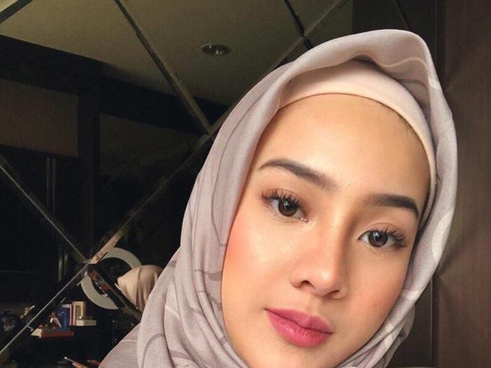 Anya Geraldine tampil memakai hijab.