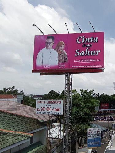 Iklan billboard Arief Muhammad bersama Anya Geraldine.