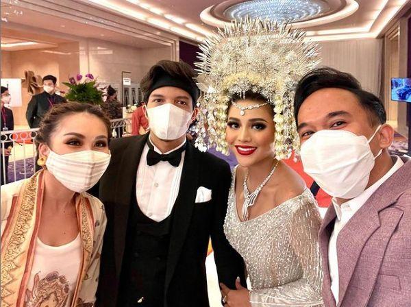 Gaya kondangan Ayu Ting Ting di pernikahan Aurel Hermansyah dan Atta Halilintar.