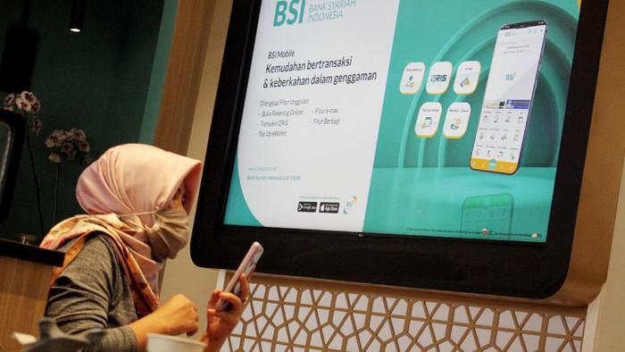 Nasabah PT Bank Syariah Indonesia Tbk (BSI) menunggu antrean di kantor BSI Regional XI Makassar, Sulawesi Selatan, Senin (5/4/2021). BSI memulai tahapan merger operasional untuk menyatukan sistem layanan guna mendorong pengembangan keuangan syariah yang ditargetkan selesai pada 1 November 2021. ANTARA FOTO/Arnas Padda/yu/aww.