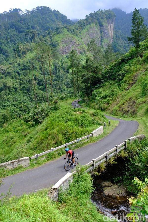 ukit Siregol menjadi batas antara Desa Sirau dan Desa Kramat Kecamatan Karangmoncol, Kabupaten Purbalingga.