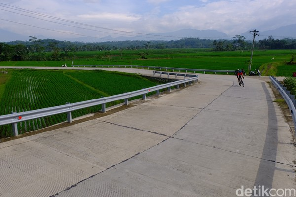 Untuk menuju Bukit Siregol, dapat ditempuh dari pusat kota Purbalingga dengan berbagai jalur. Sebab, jalanan menuju Bukit Siregol mulus dan nyaris tanpa lobang jalan berarti.