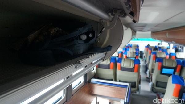 Bus eksekutif DD Garuda Mas memlikitiga tempat bagasi. Tempat bagasi pertama ada di luar, kedua ada di belakang sopir dan kernet, dan ketiga ada di atas kursi.