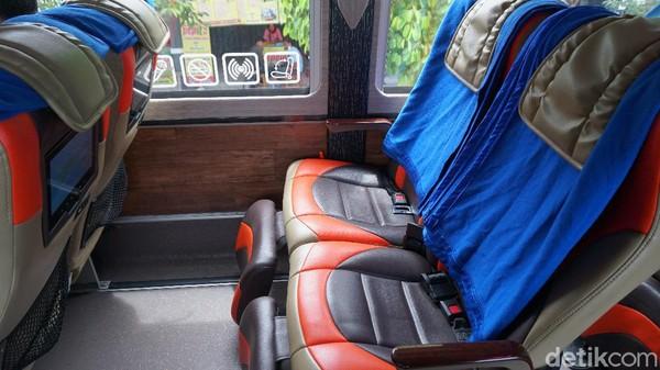 Jarak antar kursi yang terbilang lebar. Ada leg rest di kursi bus eksekutif DD Garuda Mas.