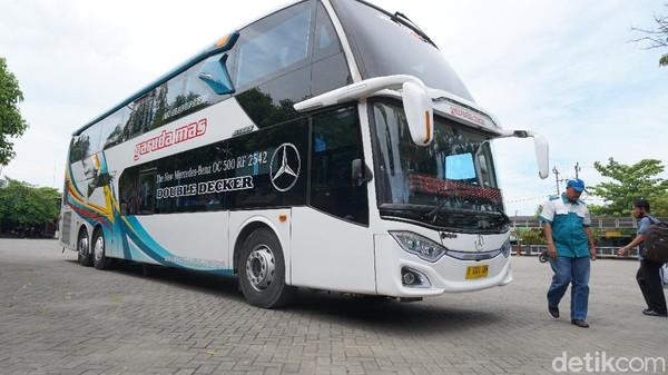 Bus eksekutif tipe double decker ini bisa jadi pilihan bijak untuk mobilisasi ke Jakarta. Pasalnya, tengah Kota Blora tak dilewati kereta api, apa lagi keberadaan pesawat terbang.