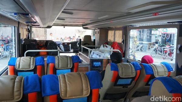 Bus eksekutif DD Garuda Mas mampu menampung hingga 44 penumpang. Sebanyak delapan penumpang akan ditempatkan di deck bawah dan sisanya ada di atas. Ini kabin bawah.