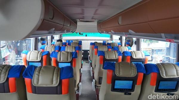 Bus eksekutif DD Garuda Mas memang terlihat baru dari luar. Namun, saat masuk ke dalam kabin bawah, selintas kami menghirup bau tengik yang biasanya diakibatkan oleh asap rokok. Mungkin itu berasal dari ruang merokok.