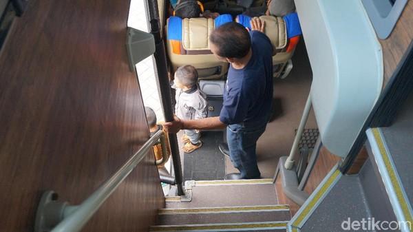 Tanggabus eksekutif DD Garuda Mas. Di samping bawah tangga ada toilet. Beberapa tempat sampah ada sekitar area ini.