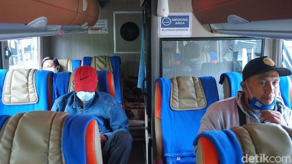 Ada ruang merokok di bus eksekutif DD Garuda Mas. Lokasinya adadi deck atas, di pojok belakang.Di sampingnya ada ruang kecil untuk kru istirahat