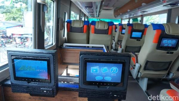 Ada beberapa fasilitas di sekitar kursi penumpang bus eksekutif DD Garuda Mas. Pertama, kami bisa memutar film sampai mendengarkan musik di layar monitornya.