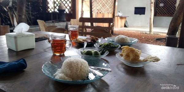 Menikmati makanan khas Sunda