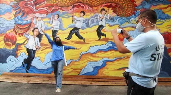 Mural yang menggambarkan kesenian Tionghoa dan diinisiasi oleh pegiat seni Hervin Yulianto tersebut menjadi salah satu destinasi wisata baru di Kota Pontianak.