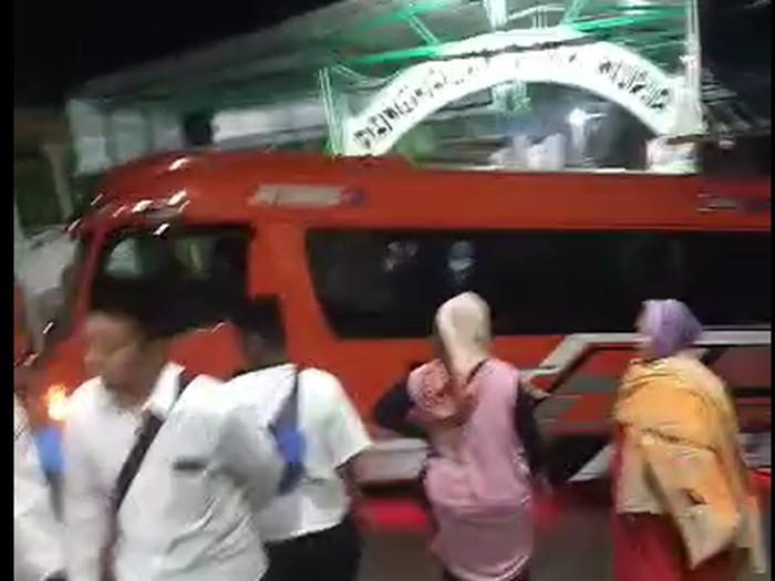 dok. tangkapan layar viral minibus nyasar di puncak makam Sunan Muria Kudus