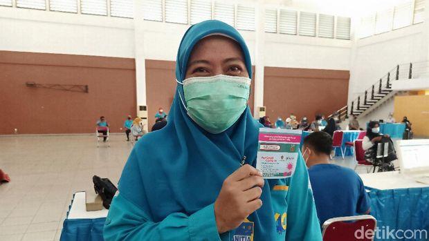 Dosen dan karyawan di perguruan tinggi swasta di Yogyakarta disuntik vaksin Corona, Selasa (6/4/2021).