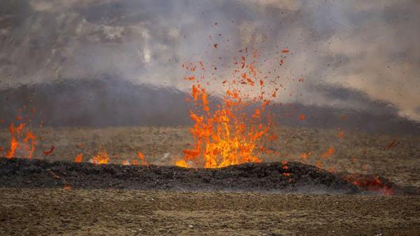 Badan Meteorologi Islandia sendiri mengatakan, aktivitas baru gunung berapi tersebut tidak sampai membahayakan lalu lintas udara di sekitar Bandara Internasional Keflavik yang berada di Reykjavik, ibu kota Islandia. (AP)