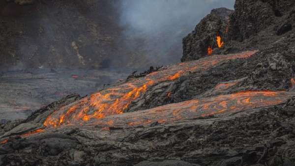 Guguran lava itu sendiri sebenarnya tidak berpotensi membahayakan pendaki, karena jaraknya cukup jauh dari trek hiking yang populer di kalangan pendaki. (AP)