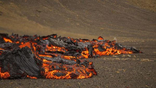 Aliran lava kembali muncul dari retakan baru Gunung Berapi Fahradaslfjall di Islandia. Gunung berapi itu sendiri mulai erupsi pada 20 Maret silam, setelah tertidur selama 800 tahun. (AP)