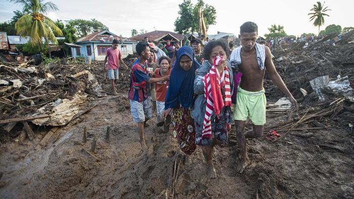 Petugas menggunakan excavator untuk mencari korban banjir bandang di Adonara Timur, Kabupaten Flores Timur, Nusa Tenggara Timur, Selasa (6/4/2021).  Banjir bandang yang menerjang Adonara pada Minggu (4/4) kemarin telah menyebabkan puluhan orang meninggal dunia dan ratusan warga lainnya terpaksa mengungsi. ANTARA FOTO/Aditya Pradana Putra/wsj.