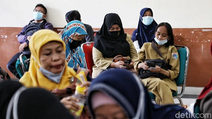 Petugas memberikan vaksin kepada ratusan tenaga pendidik di kawasan Gor Tanjung Priok, Sunter, Jakarta Utara, Selasa (6/4).