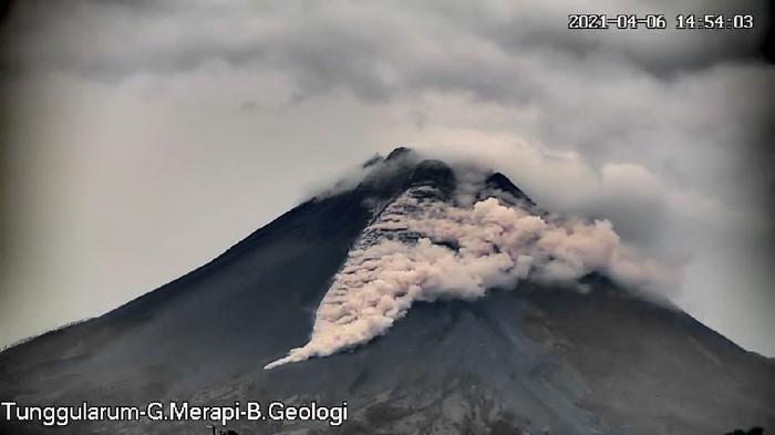 Gunung Merapi erupsi dengan meluncurkan awan panas, Selasa (6/4/2021).