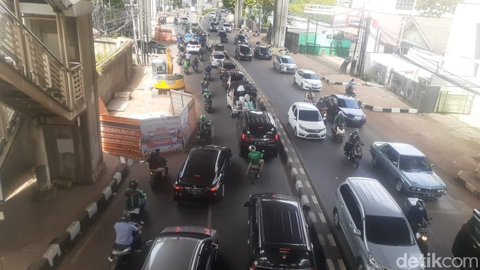 Jl Kapten P Tendean arah Pancoran macet akibat proyek galian manhole SJUT, 6 April 2021. (Afzal NI/detikcom)