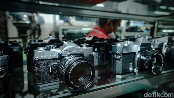 Tempat jual-beli kamera analog di Pasar Baru, Jakpus
