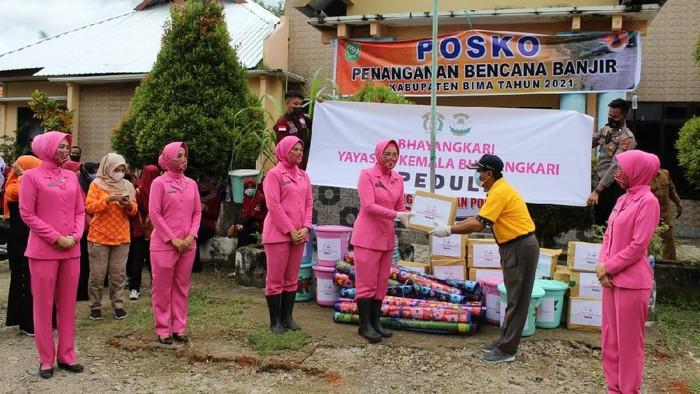 Bencana banjir dan tanah longsor baru saja melanda di Provinsi Nusa Tenggara Barat, termasuk Kabupaten Bima. Untuk itu, Kapolda NTB beserta Ketua Bhayangkari Daerah NTB menyalurkan bantuan pada masyarakat terdampak banjir bandang.