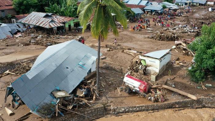 Foto udara situasi terakhir kerusakan yang diakibatkan banjir bandang di Waiwerang, Adonara Timur, Kabupaten Flores Timur, Nusa Tenggara Timur, Selasa (6/4/2021). Berdasarkan data pemerintah setempat hingga Selasa siang, sebanyak 50  orang meninggal dunia, 29 orang masih hilang, dan ratusan warga mengungsi akibat banjir yang terjadi pada Minggu (4/4). ANTARA FOTO/Aditya Pradana Putra/foc.