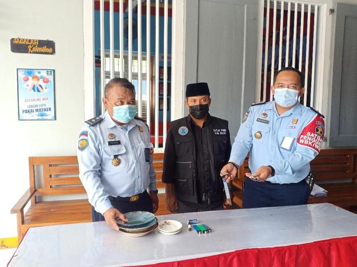 Petugas gabungan menggelar razia terhadap warga binaan di Lapas Ngawi. Sejumlah benda yang dinilai berbahaya ditemukan.