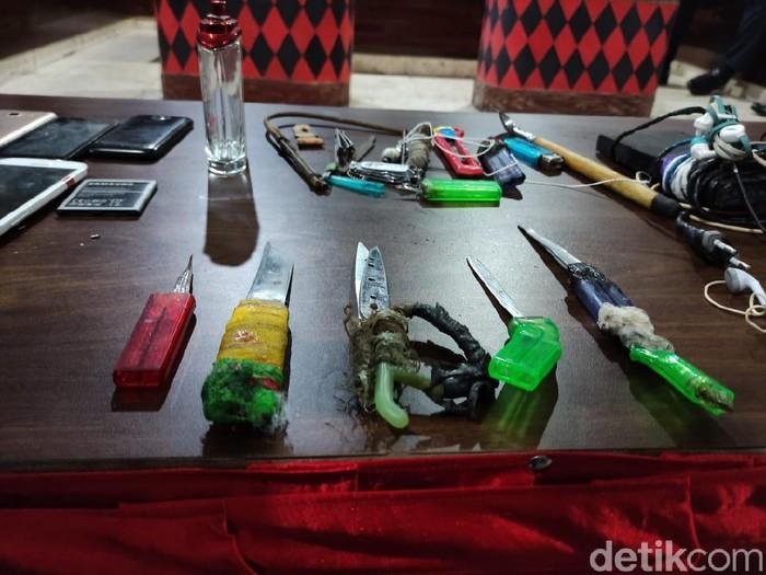 Petugas gabungan melakukan penggeledahan di Lapas Sidoarjo. Petugas menemukan 7 pisau tajam yang terbuat dari sendok makan.