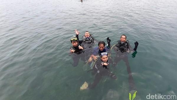 Tak hanya menikmati pemandangan bawah laut, para penyelam juga bisa ikut merawat terumbu karang yang ada di dasar laut. Caranya dengan ikut membudidayakan terumbu karang untuk melestarikan beragam biota laut di perairan laut Muara Badak (Suriyatman/detikTravel)