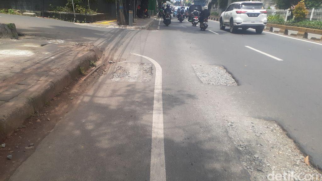 Lubang-lubang di Jl Mampang Prapatan Raya, Jaksel, 6 April 2021. (Afzal Nur Iman/detikcom)