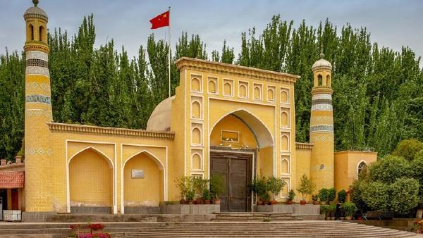 Id Kah merupakan salah satu masjid tertua dan terbesar di China. Warna kuning pastel yang mendominasi eksterior masjid membuatnya begitu cantik. (iStock)