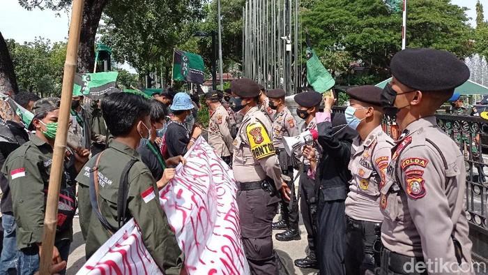Massa bawa bendera HMI demo di Balai Kota DKI Jakarta