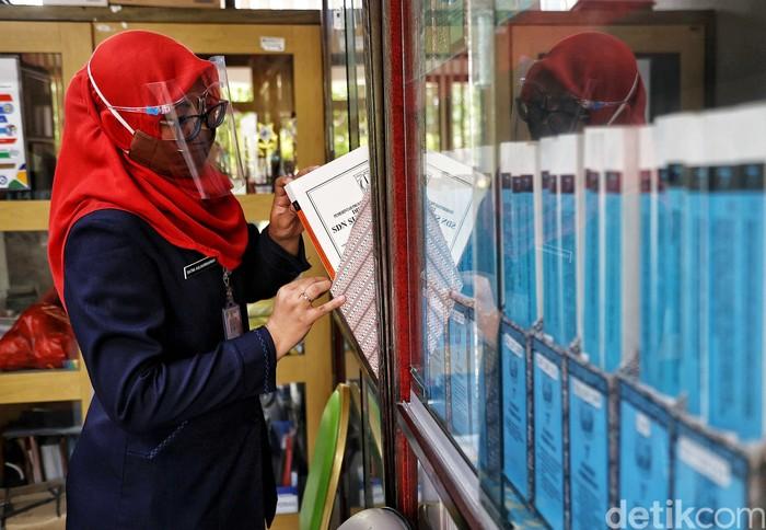 Tenaga pendidik melakukan persiapan sekolah tatap muka di SDN 01 Pagi Sukapura, Cilincing, Jakarta Utara, Selasa (6/4).