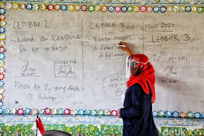 Tenaga pendidik melakukan persiapan sekolah tatap muka di kawasan SDN 01 Pagi Sukapura, Cilincing, Jakarat Utara, Selasa (6/4).