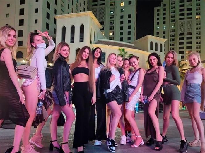 Sejumlah model yang pose tanpa busana di Dubai.