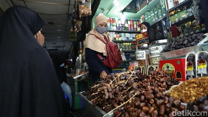 Jelang memasuki bulan suci Ramadhan, sejumlah pedagang kurma terlihat mulai menjamur di kawasan Pasar Tanah Abang, Jakarta.