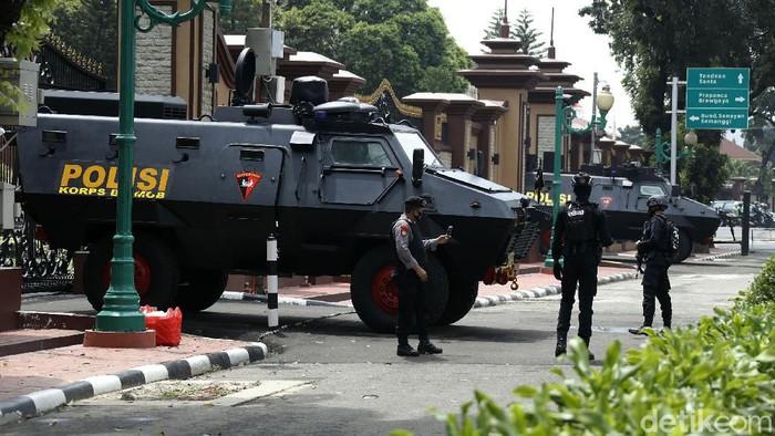Antisipasi penyerangan, penjagaan gedung Mabes Polri masih terlihat super ketat, Jakarta, Selasa (6/4/2021).