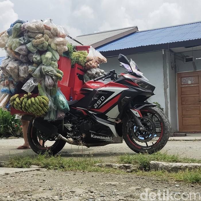 Bagaimana kalau motor sport digunakan untuk berjualan sayur-mayur? Kejadian itu mungkin cuma ada dan lekat dengan kota ini.