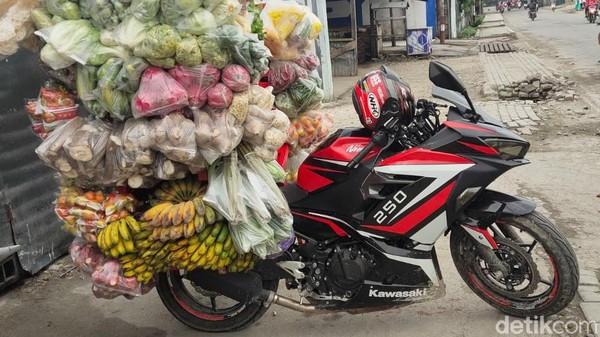 Traveler yang juga hobi motor sport akan menangis begitu berkunjung di Jayapura, Papua. Karena, mereka akan menyaksikan sepeda motor sport yang berharga puluhan juta itu digunakan untuk berjualan sayur-mayur.