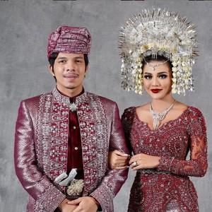 7 Pesona Artis Cantik Indonesia Pakai Suntiang Minang saat Nikah, Manglingi