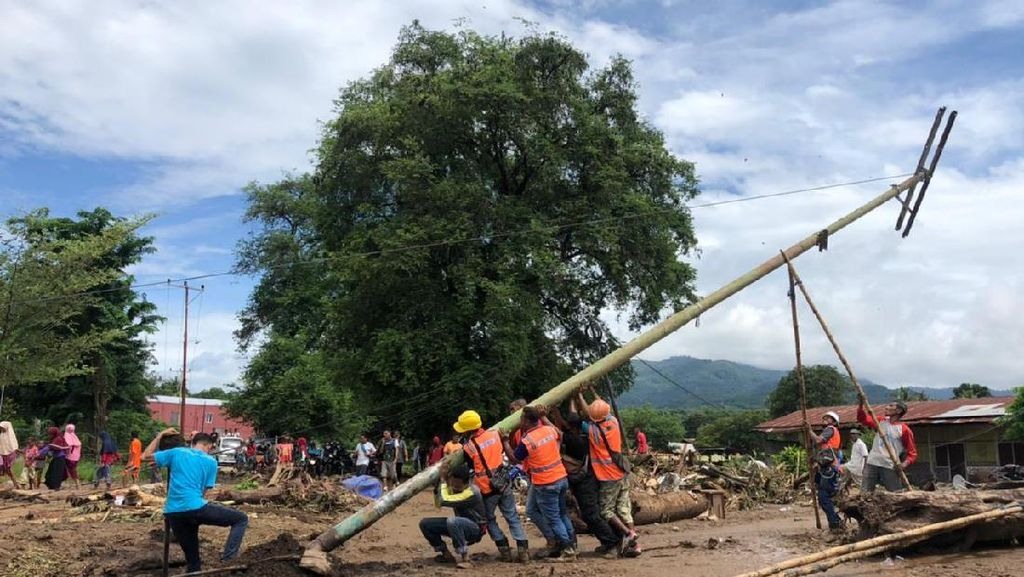 Dua Srikandi PLN Ikut Berjibaku Bangun Tower Listrik Darurat di Kupang